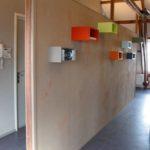 muur geverfd en kastjes geplaatst