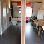 links van de muur entree en wc, rechts van de muur is de vergaderruimte gecreëerd
